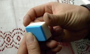 麻将用胶花做记号的方法 怎么给牌做记号 图2